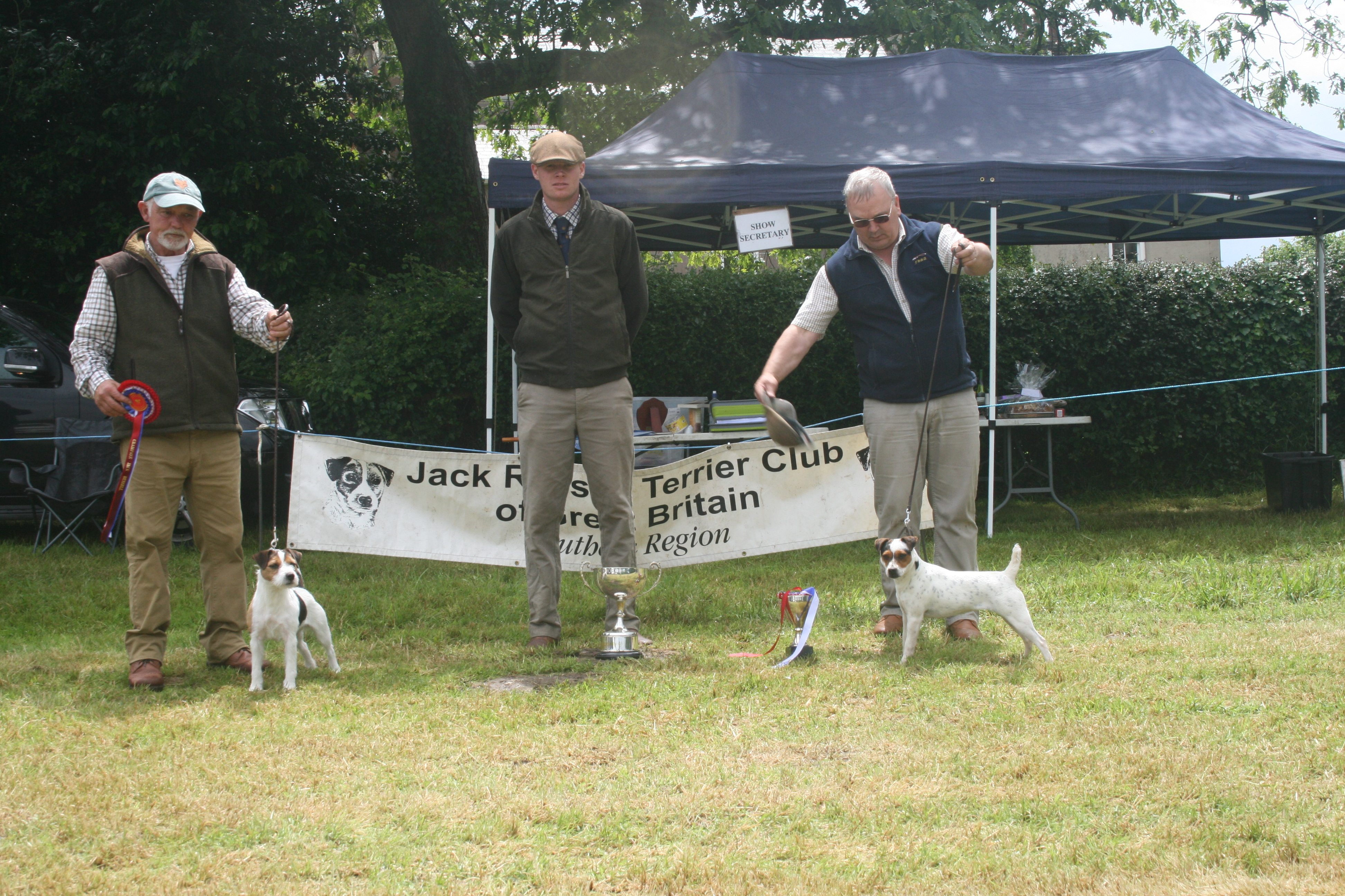 Champion Spinondaw Briar of Meynell-Sundance G Mousley & A Makela (left) Judge Lewis Strawbridge Reserve Rushill Ellie M Hulme