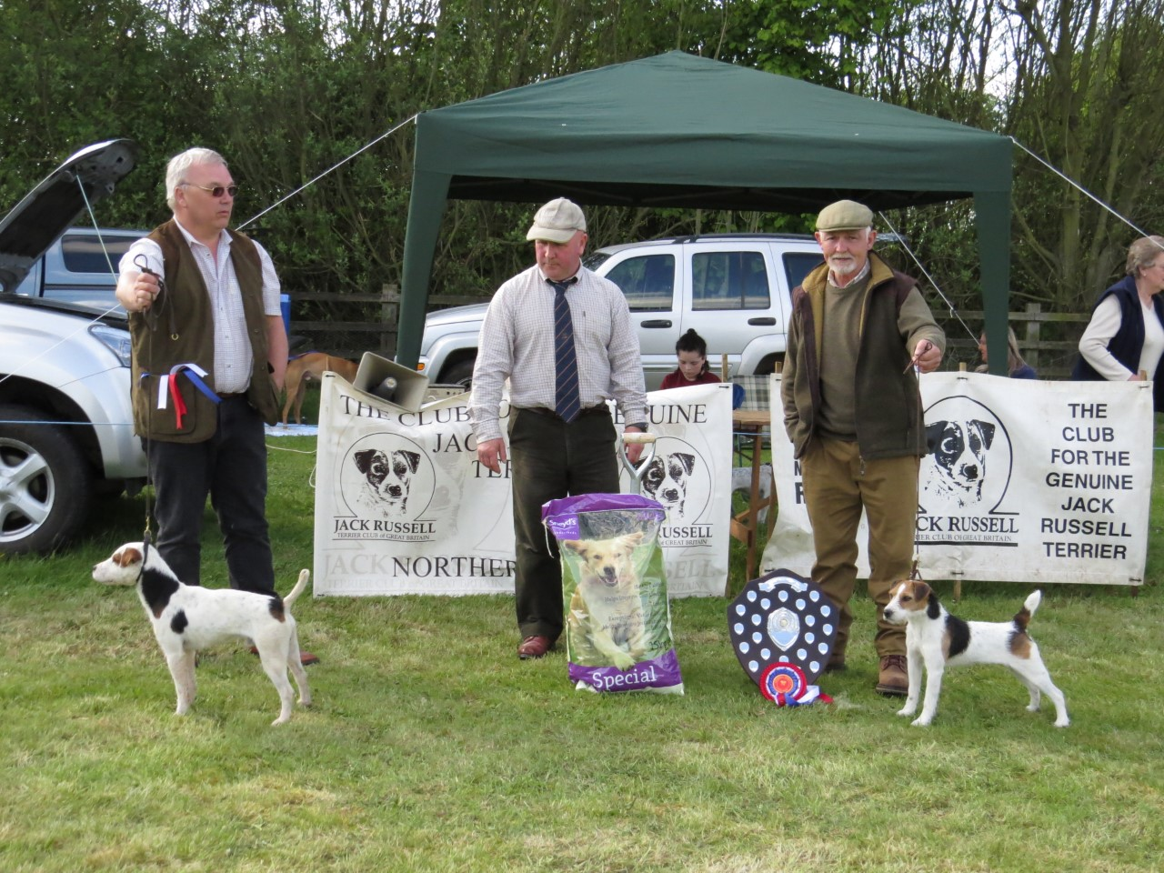 Reserve Best in Show, Bob Scarfe of Rushill, Martyn Hulme. Judge Joe Smith. Best in Show, Meynell Sundance Domino, Greg Mousley.